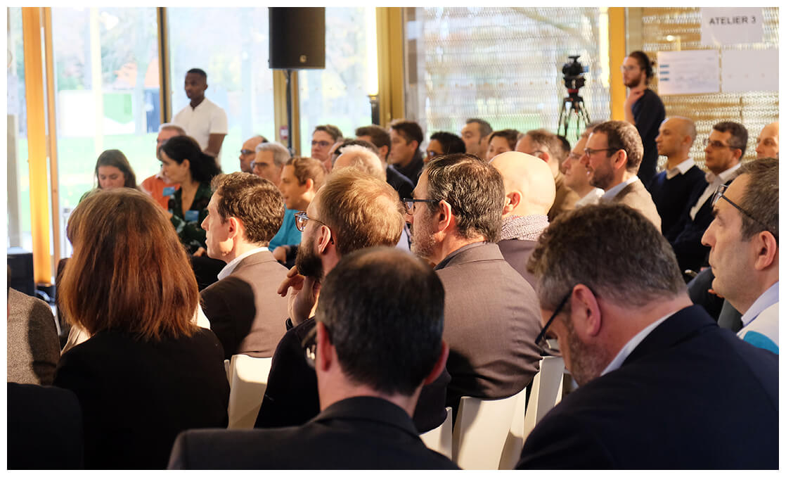 Participants écoutant un keynote lors d'un séminaire Siemens