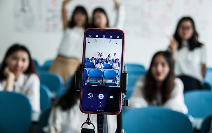groupe d'influenceurs devant un iphone