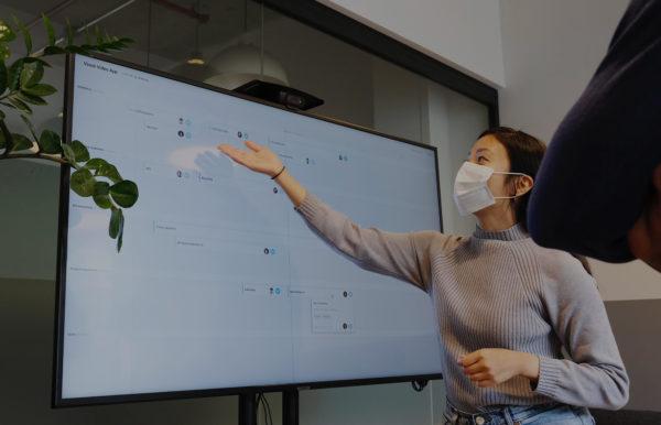 Femme masquée lors d'une présentation